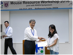 Dr. Yang, Nanjing University MARC and Dr. Obata, Director of RIKEN BRC awarding certificate to a participant