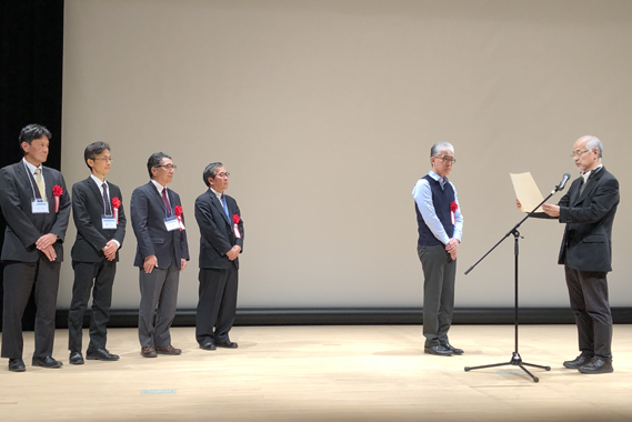 (From right to left) Prof. Tadao Asami (University of Tokyo) (right), President of the Japanese Society for Chemical Regulation of Plants, honored Dr. Hiroshi Abe (RIKEN BRC), Dr. Masaaki Mitomi (Meiji Seika Pharma Co., Ltd), Dr. Masami Koshiyama (Zeon Corporation), Dr. Tamito Sakurai (National Agriculture and Food Research Organization), and Dr. Takeshi Ohya (Kanagawa Agricultural Technology Center) with the Technology Award.