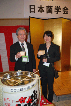 Celebratory drink for Dr. Uzuhashi; With Prof. Toru Okuda, President of the Mycological Society of Japan.