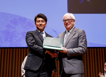 Prof. John Ernest Walker (The laureate of Nobel Prize in Chemistry 1997) (right), honored Dr. Ichihashi (left) with the WCC Special Recognition Award